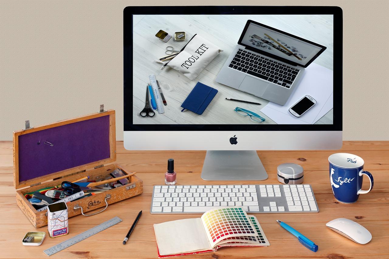 パソコン画面と筆記用具