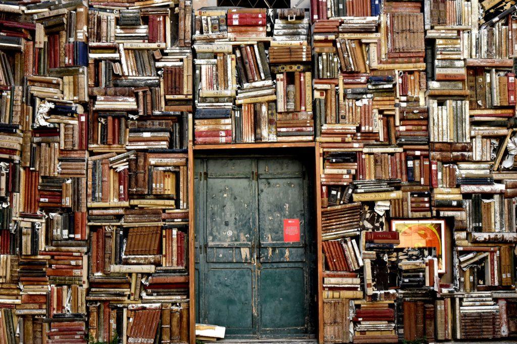 扉のしまった本棚