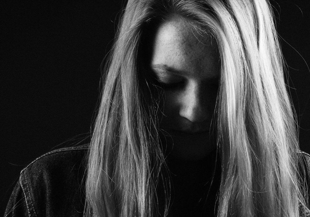 悲しんでいる女性