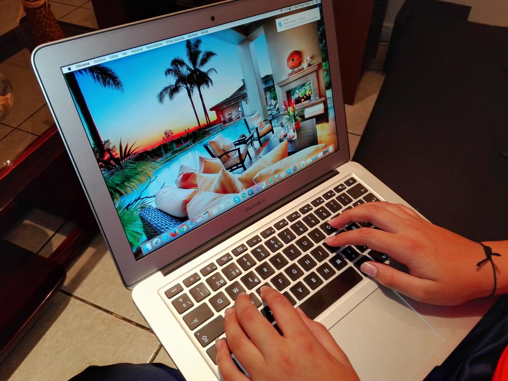 家でパソコンをしている女性の手