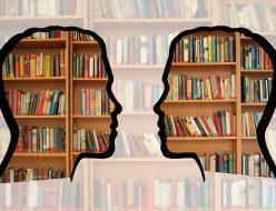 本棚と2人