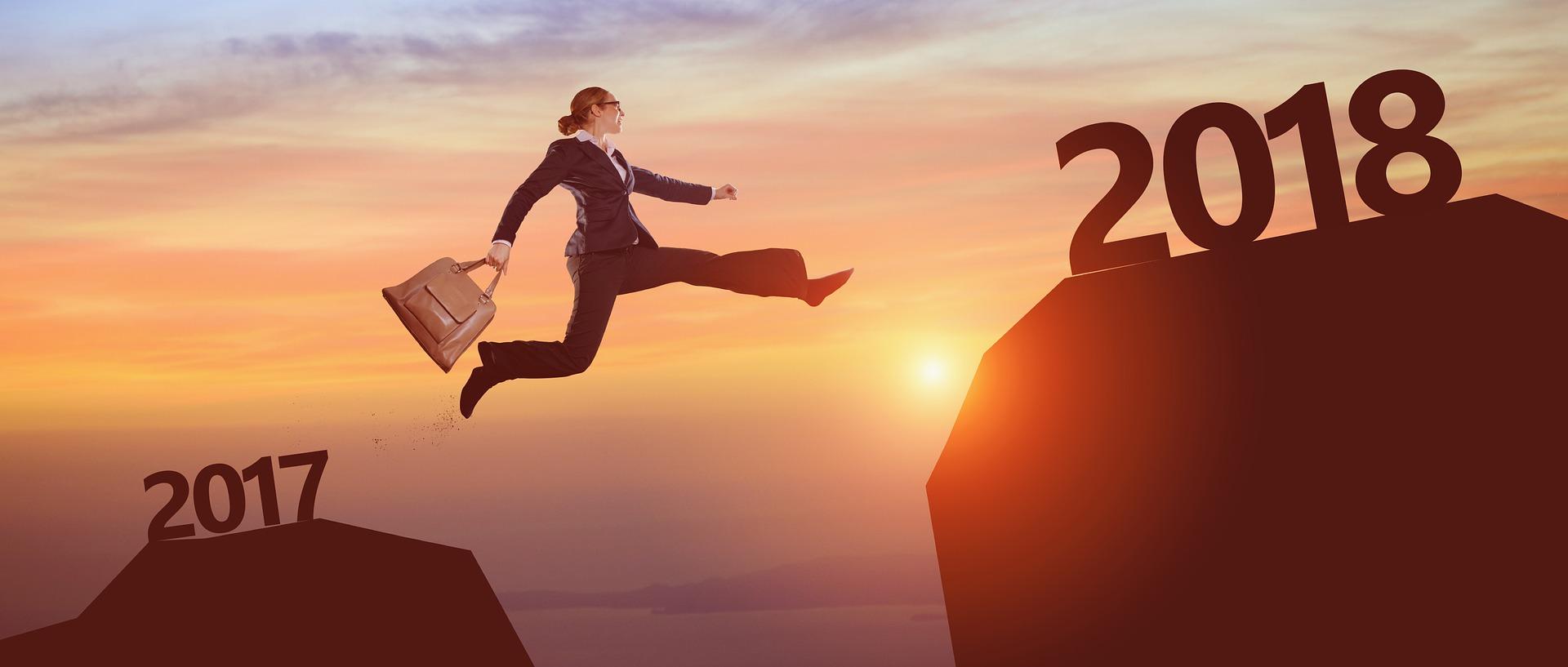 2017年から2018年へ女性がジャンプしてる