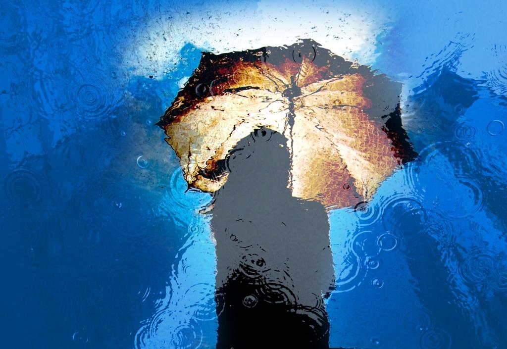 青色と傘と女性